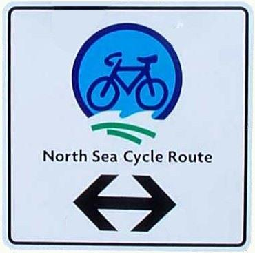 Hinweisschild: North Sea Cycle Route - der internationale Nordseeküsten-Radweg führt durch Vollerwiek